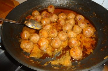 Meatballs flavored with cinnamon